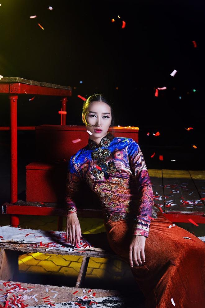 Trang Khieu dien ao dai cach dieu don trung thu hinh anh 1