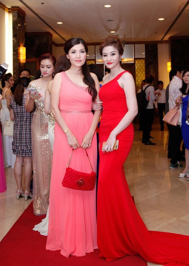Mai Thu Huyen khoe dang voi ao dai o su kien hinh anh 8