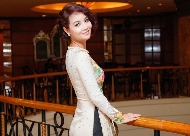 Mai Thu Huyen khoe dang voi ao dai o su kien hinh anh