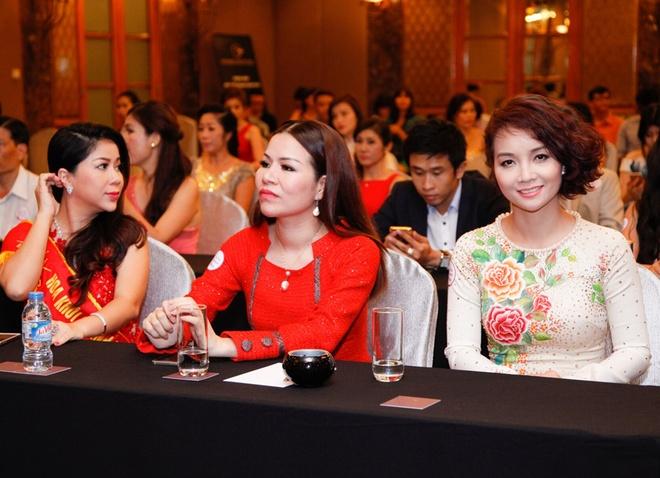 Mai Thu Huyen khoe dang voi ao dai o su kien hinh anh 3
