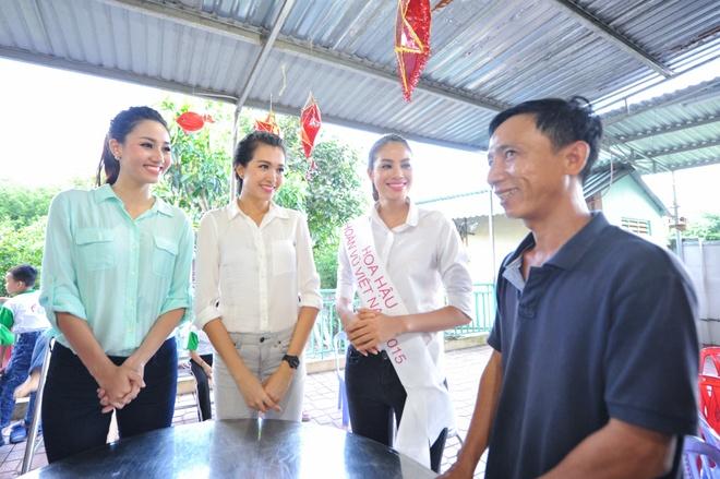 Hoa hau Pham Huong gian di di tu thien hinh anh 1
