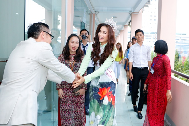 Pham Huong ve truong tham dong nghiep, sinh vien hinh anh 3