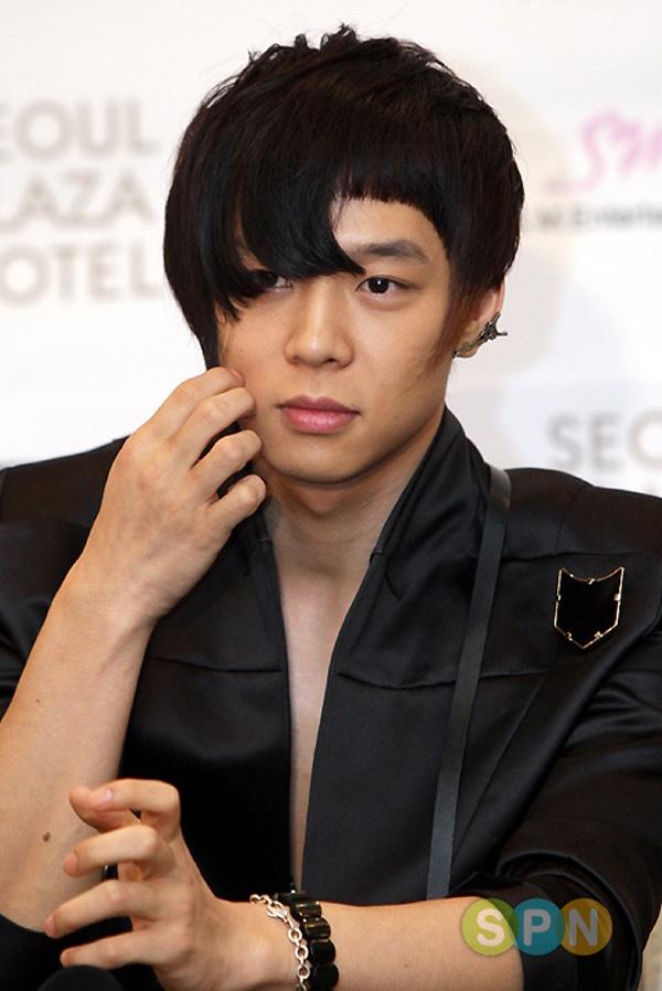 """Than tuong Han lam fan giat minh vi kieu toc quai hinh anh 7 """"Hoàng tử gác mái"""" Yoochun với phần tóc mái lởm chởm vô cùng khó hiểu."""