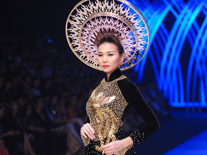 Thanh Hang dien ao dai dat vang 1,2 ty dong hinh anh