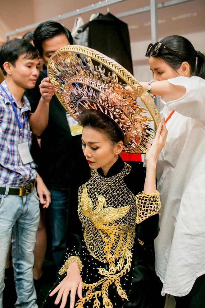 Thanh Hang dien ao dai dat vang 1,2 ty dong hinh anh 3