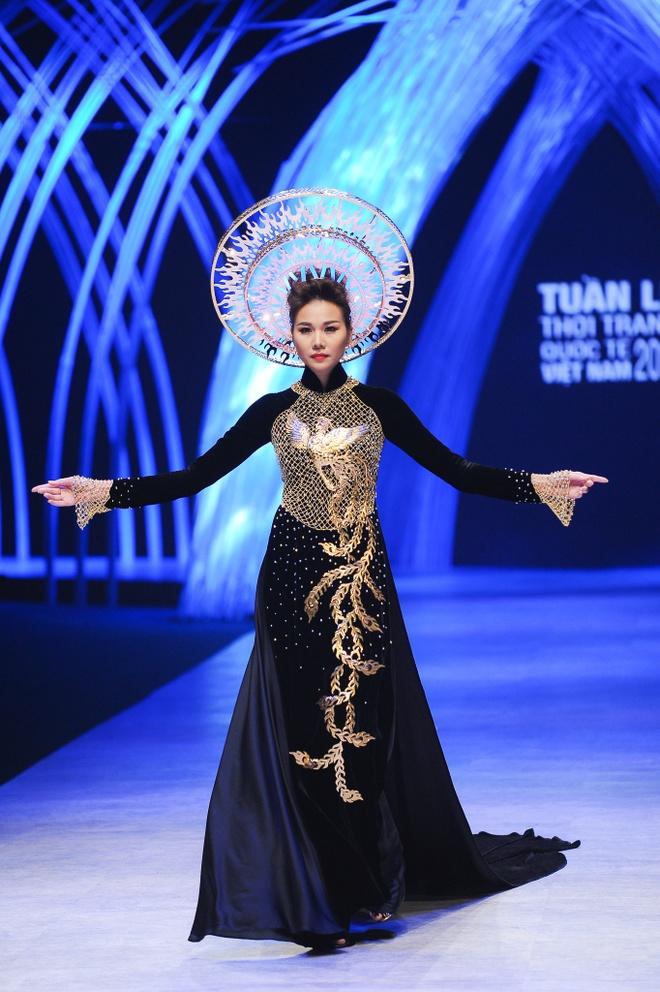 Thanh Hang dien ao dai dat vang 1,2 ty dong hinh anh 6