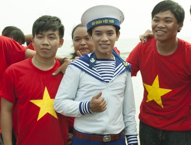 'Hot boy ban keo keo' ra mat MV 'Bien dao Viet Nam' hinh anh