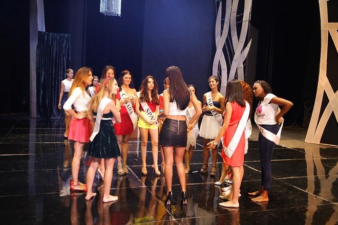 Ha Anh day catwalk cho thi sinh Miss Global 2015 hinh anh 4