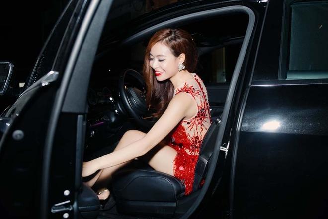 Hoang Thuy Linh tu lai xe rieng chay show trong thanh pho hinh anh 1