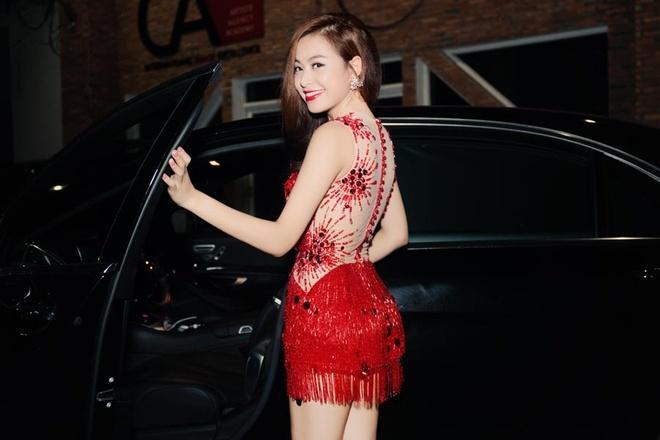 Hoang Thuy Linh tu lai xe rieng chay show trong thanh pho hinh anh 2