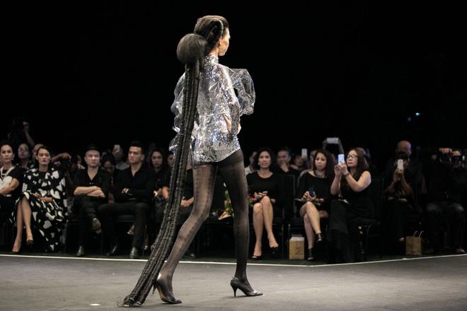 A khoi Le Quyen catwalk voi o hong tren san dien hinh anh 4