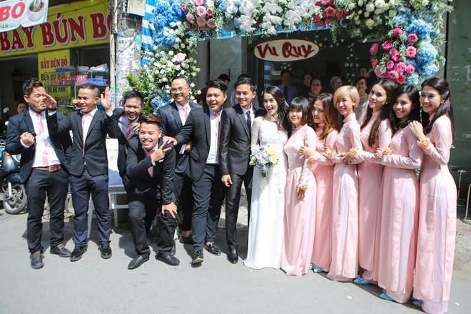 Van Anh be bong Tu Vi trong le vu quy hinh anh 12 Bạn bè Văn Anh Tú Vi hào hứng chụp ảnh như thay lời chúc hạnh phúc.