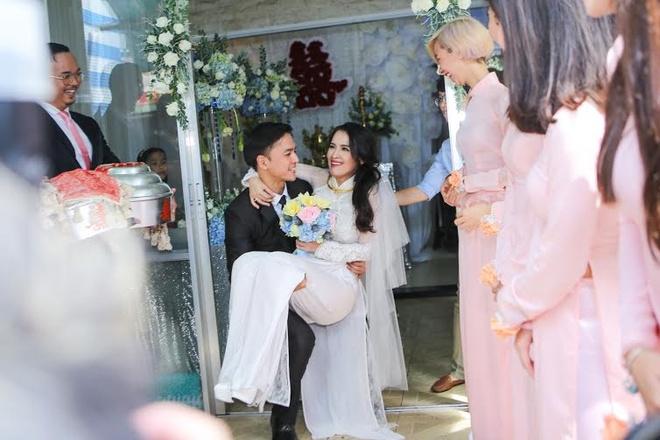 Van Anh be bong Tu Vi trong le vu quy hinh anh 11 Chú rể hạnh phúc bế bổng cô dâu trước sự chứng kiến của hai họ cùng bạn bè.