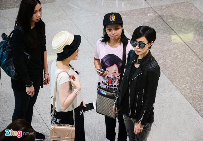 Xa Thi Man chat vat giua vong vay fan Viet o san bay hinh anh 3