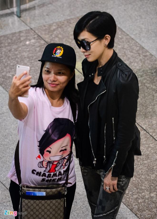 Xa Thi Man chat vat giua vong vay fan Viet o san bay hinh anh 5