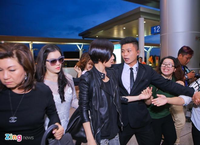 Fan ra san bay tien Xa Thi Man ve Hong Kong hinh anh 3