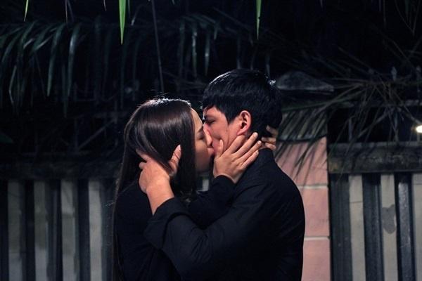 Ven man hau truong canh hon nong bong trong phim Viet hinh anh 3
