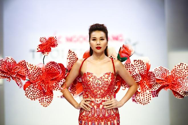 Thanh Hang deo canh hoa lan kieu sa catwalk hinh anh