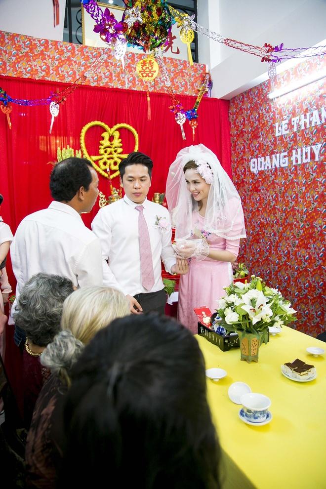 Vo chong Diem Huong hon con trai trong le ruoc dau hinh anh 5