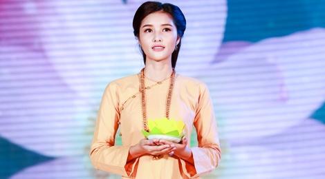 Trieu Thi Ha, Mai Thu Huyen dien thoi trang ao dai Phat tu hinh anh