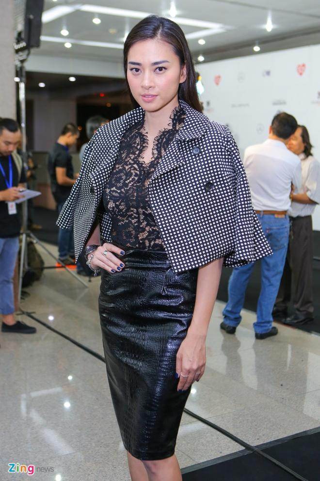 Ngo Thanh Van dien ao xuyen thau di xem thoi trang hinh anh 2