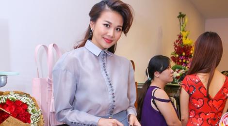 Thanh Hang - Truong Thi May doi lap phong cach o su kien hinh anh