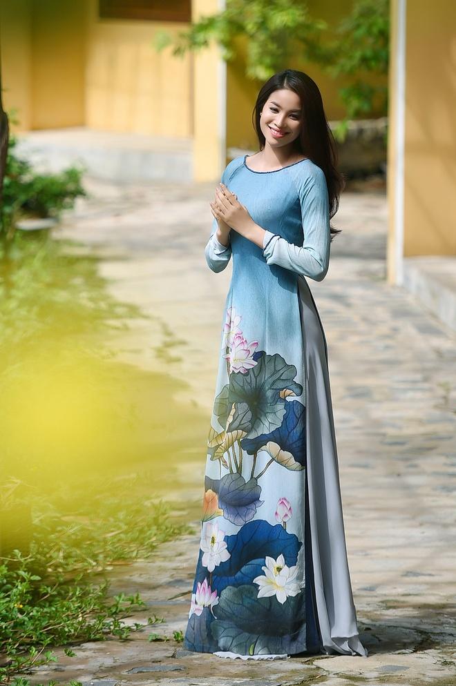 Pham Huong duyen dang ao dai hoa tiet hoa sen hinh anh 1