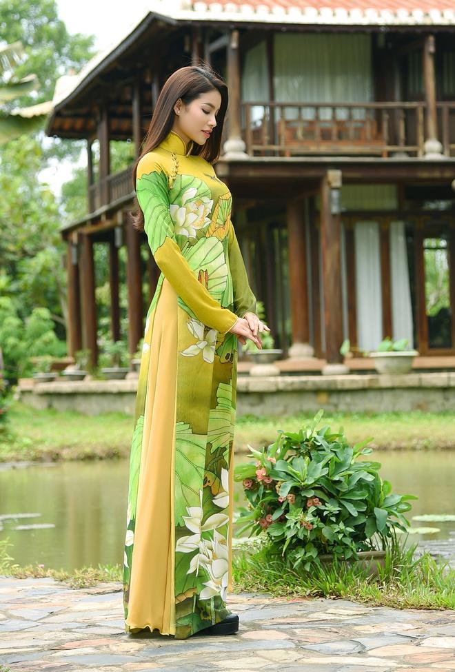 Pham Huong duyen dang ao dai hoa tiet hoa sen hinh anh 6