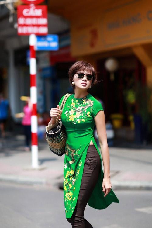 Hoc sao Viet cach chon ao dai cach tan xuong pho dau nam hinh anh 7