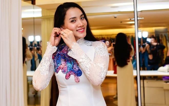 Trang Nhung mot minh di thu ao dai cuoi hinh anh