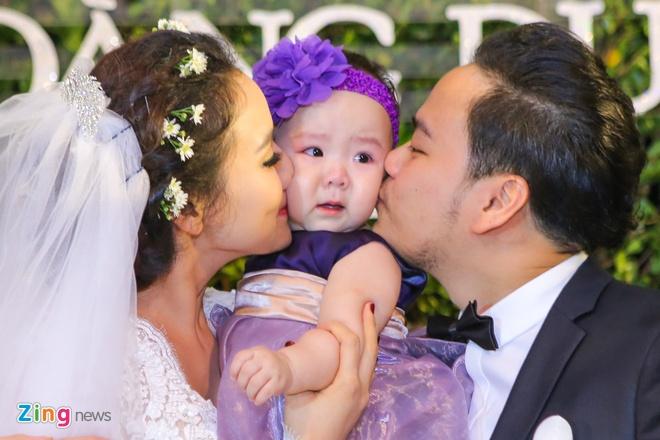 Vo chong Trang Nhung gioi thieu con gai trong tiec cuoi hinh anh 10