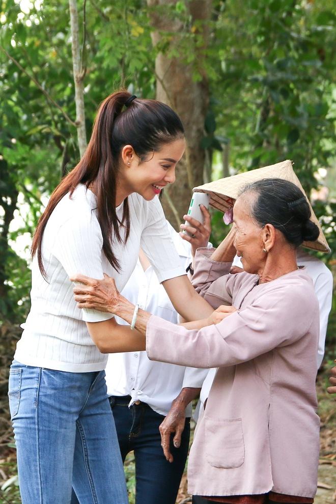 Pham Huong tang qua Tet cho nguoi ngheo hinh anh 2