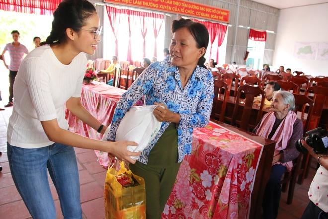 Pham Huong tang qua Tet cho nguoi ngheo hinh anh 5