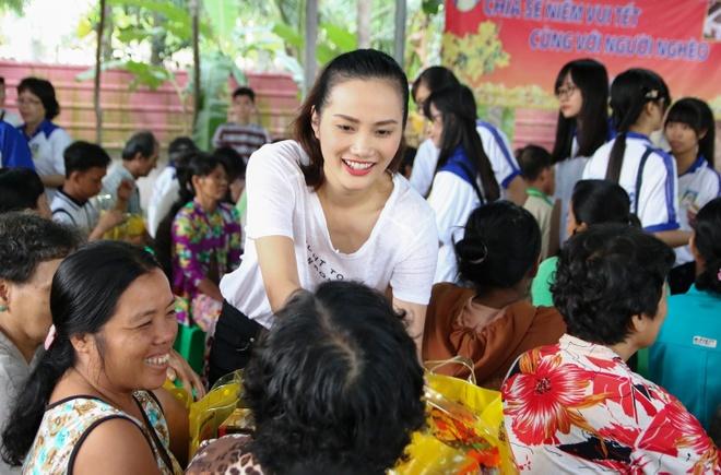Pham Huong tang qua Tet cho nguoi ngheo hinh anh 9