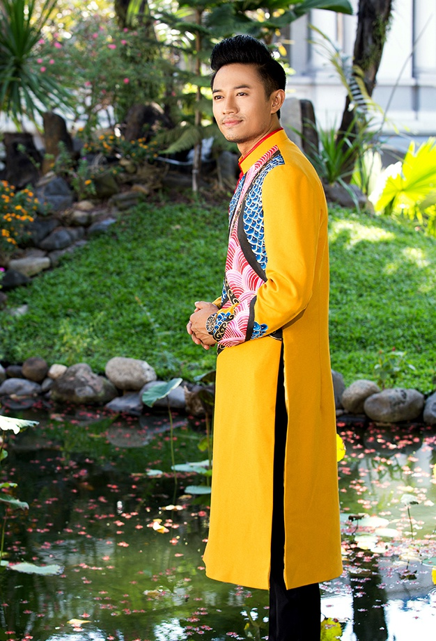 Quy Binh lich lam voi ao dai hoa tiet rong hinh anh 4