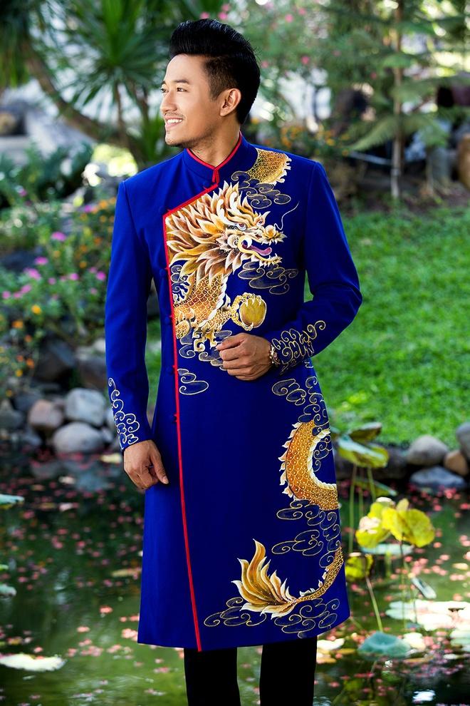 Quy Binh lich lam voi ao dai hoa tiet rong hinh anh 5