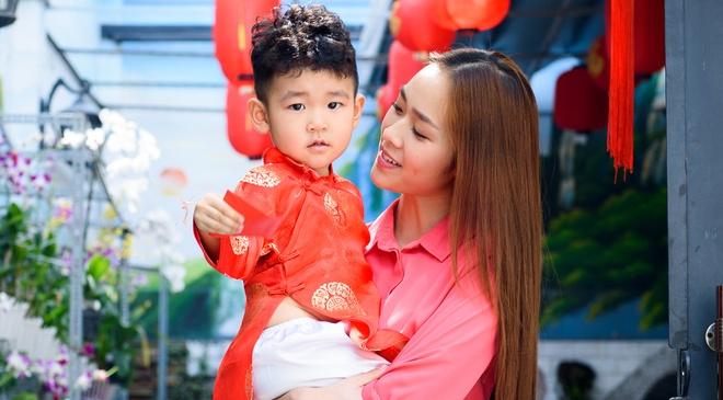 Diep Bao Ngoc dua con trai di chuc Tet mong 2 hinh anh