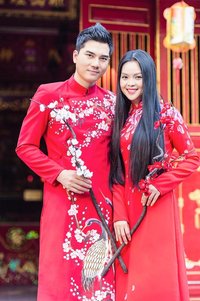 Gia dinh Thanh Duoc dien ao dai di le chua hinh anh 1