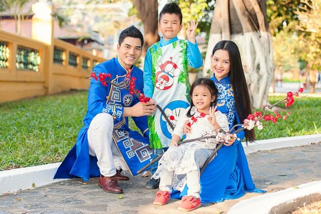 Gia dinh Thanh Duoc dien ao dai di le chua hinh anh 3