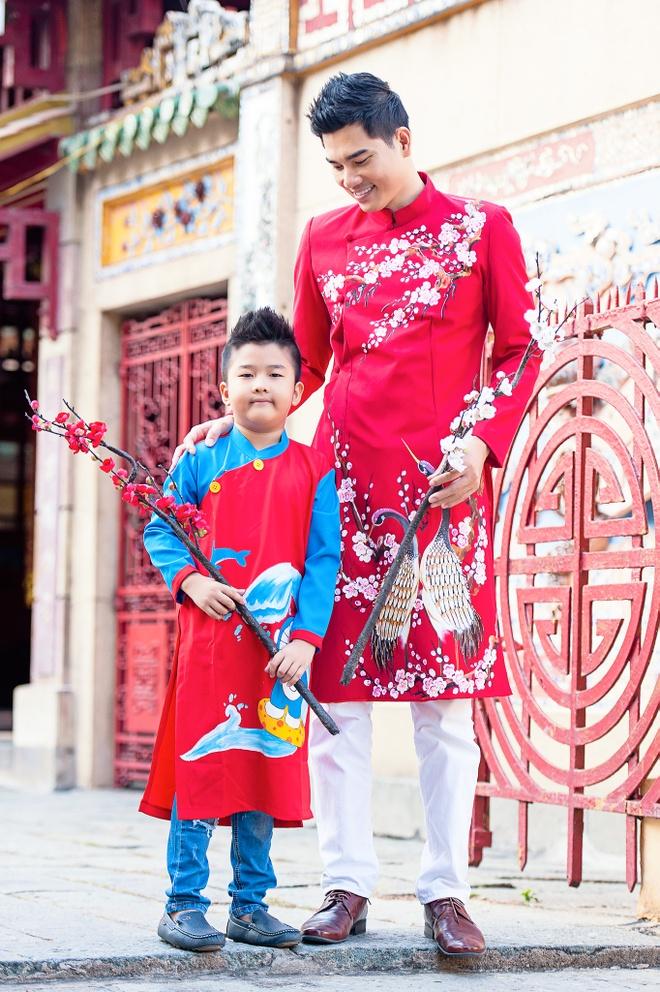 Gia dinh Thanh Duoc dien ao dai di le chua hinh anh 4