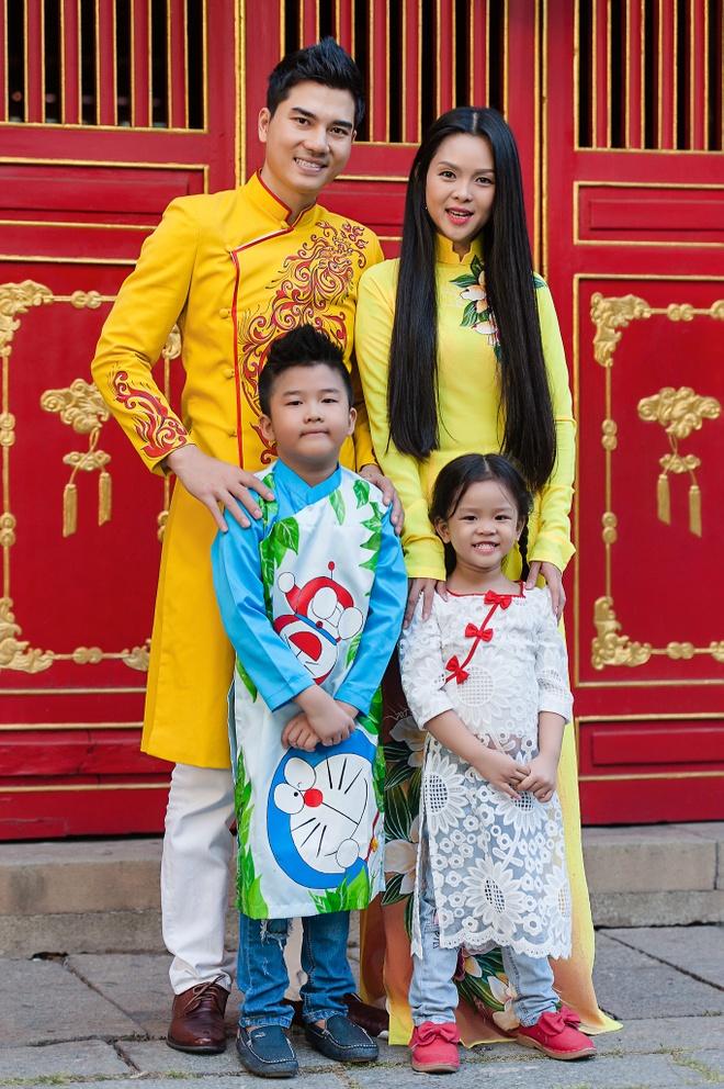 Gia dinh Thanh Duoc dien ao dai di le chua hinh anh 5