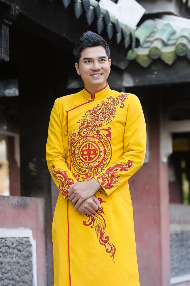 Gia dinh Thanh Duoc dien ao dai di le chua hinh anh 8