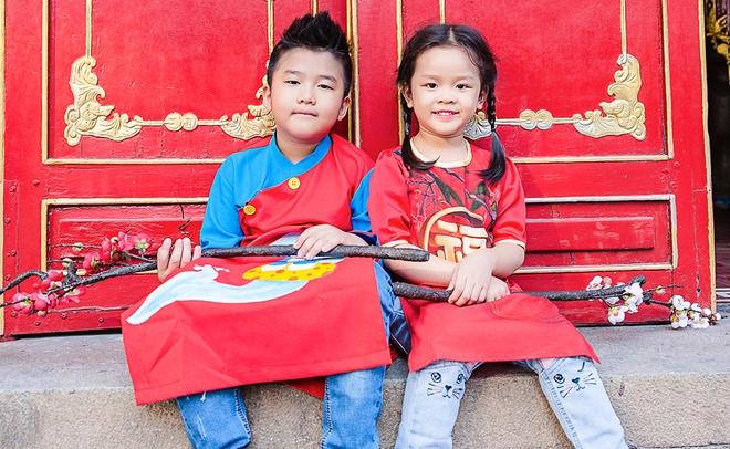 Gia dinh Thanh Duoc dien ao dai di le chua hinh anh 6