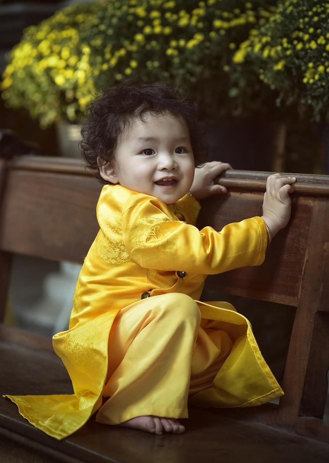 Con trai Diem Huong lam duyen voi ao dai khan dong hinh anh 2