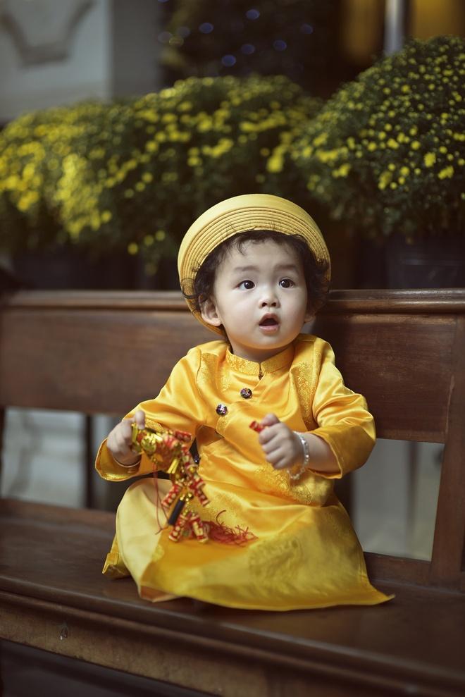 Con trai Diem Huong lam duyen voi ao dai khan dong hinh anh 1