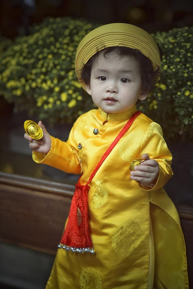 Con trai Diem Huong lam duyen voi ao dai khan dong hinh anh 3