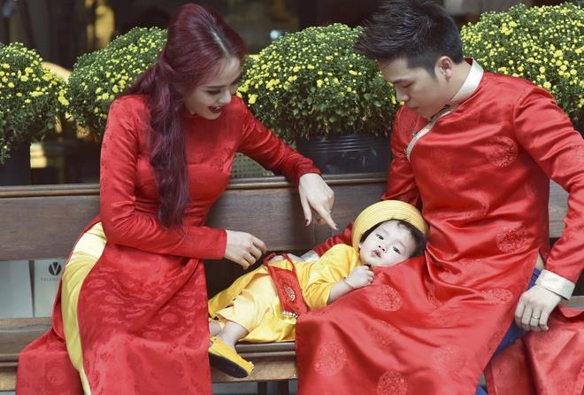 Con trai Diem Huong lam duyen voi ao dai khan dong hinh anh 4