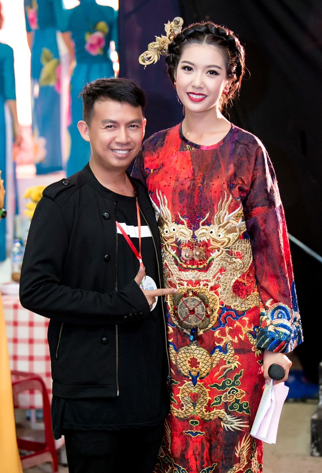 Thuy Van dien ao dai ket 1.000 vien pha le lam MC hinh anh 4