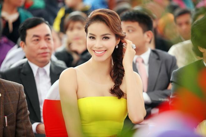 Pham Huong khoe vai tran quyen ru o su kien hinh anh 4