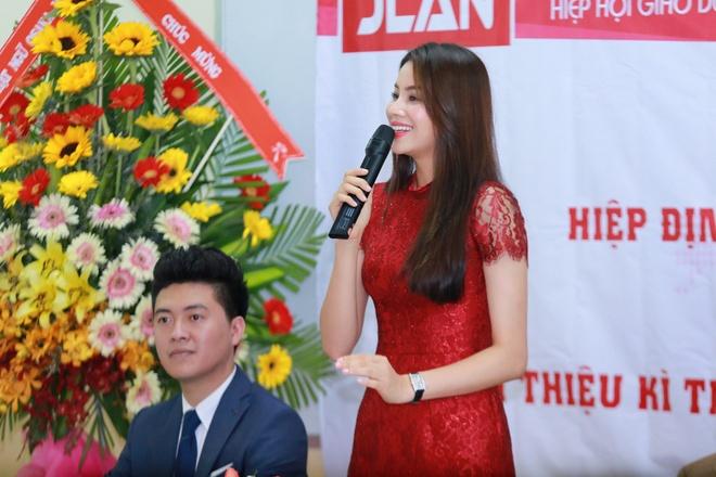 Pham Huong mac gian di giao luu cung sinh vien hinh anh 4